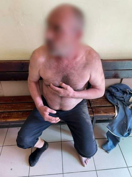 В поселке Шлаковый мужчина угрожал зарубить топором молодую соседку