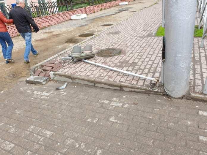 На перекрёстке в центре Рязани рухнул светофор