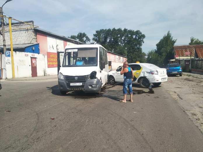 В Рязани столкнулись маршрутка и такси