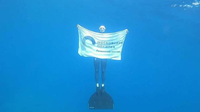 Флаг рязанского вуза опустили в море на глубину 65 метров