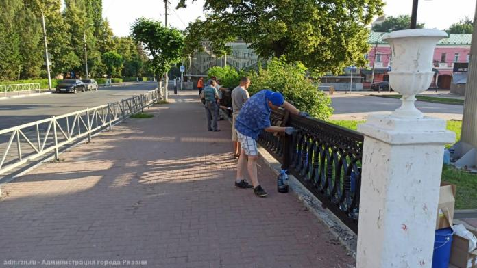 На площади Ленина покрасили ограждения
