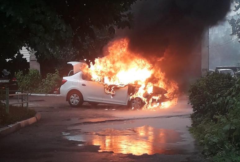 Видео: в центре Рязани сгорел автомобиль