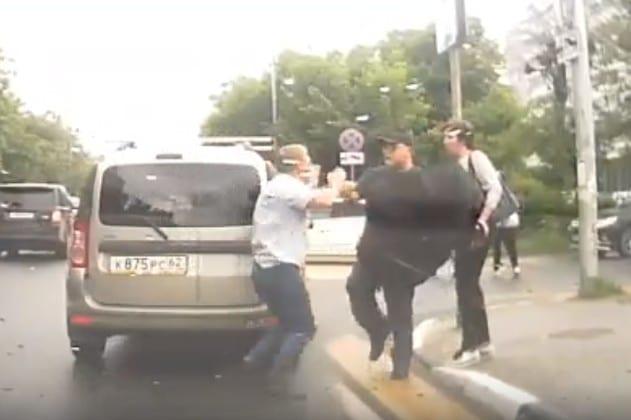 В Рязани водитель подрался с пешеходом на переходе