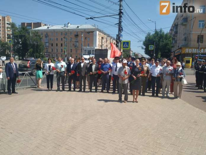 В День памяти и скорби рязанцы возложили цветы к Вечному огню на площади Победы
