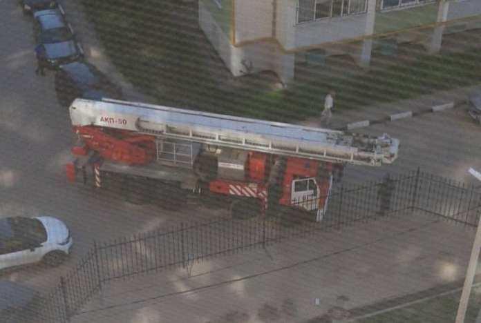 Рязанские пожарные не смогли проехать к горящему дому из-за забора