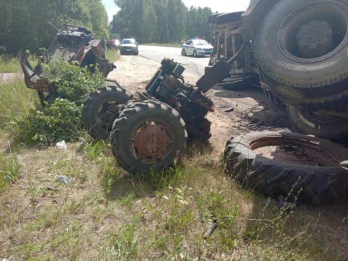 Женщина погибла после столкновения трактора и грузовика с бревнами в Шиловском районе
