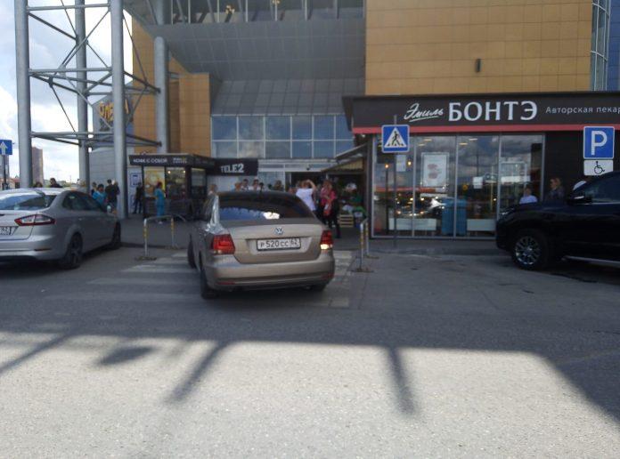Рязанцы возмутились припаркованным на пешеходном переходе автомобилем