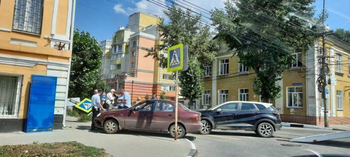 В центре Рязани автомобиль снёс дорожный знак и вылетел на тротуар