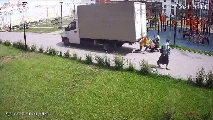 Грузовик наехал на мать с двумя детьми в Тюмени