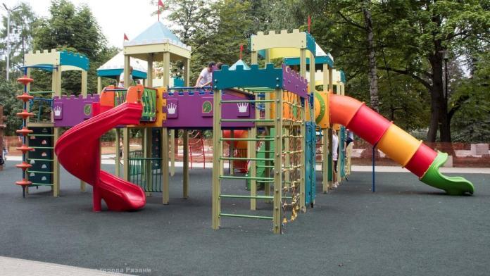 Сотрудники администрации проверили детскую площадку в Верхнем городском саду