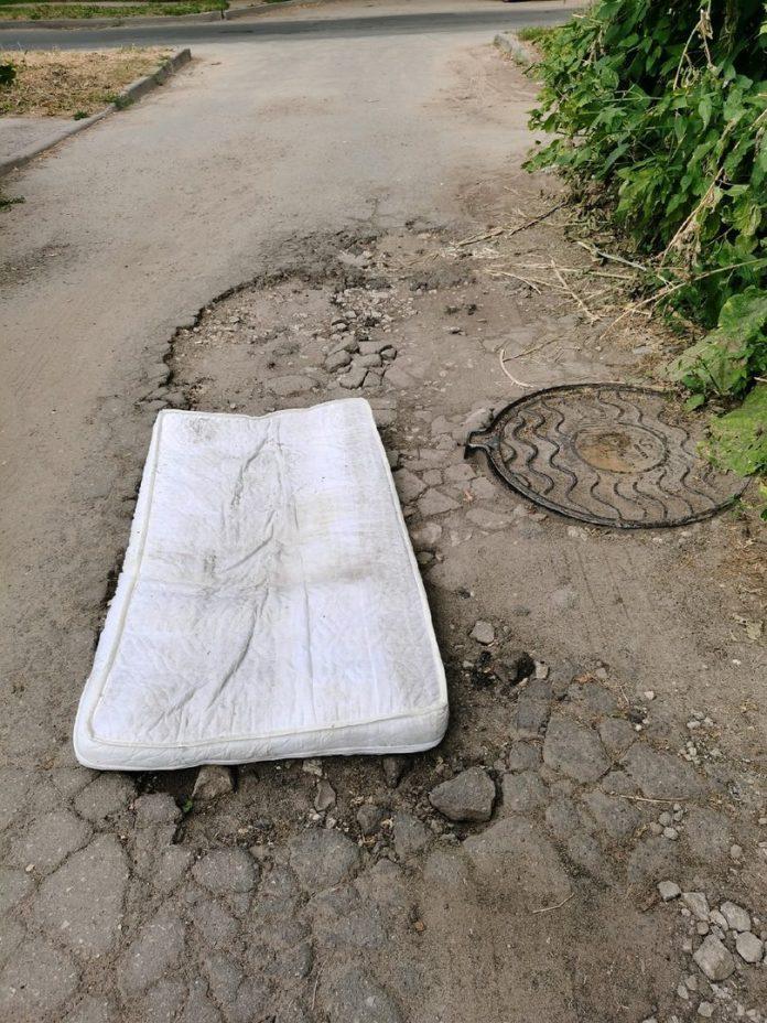 Жители улицы Рыбацкой в Рязани заделали яму матрасом