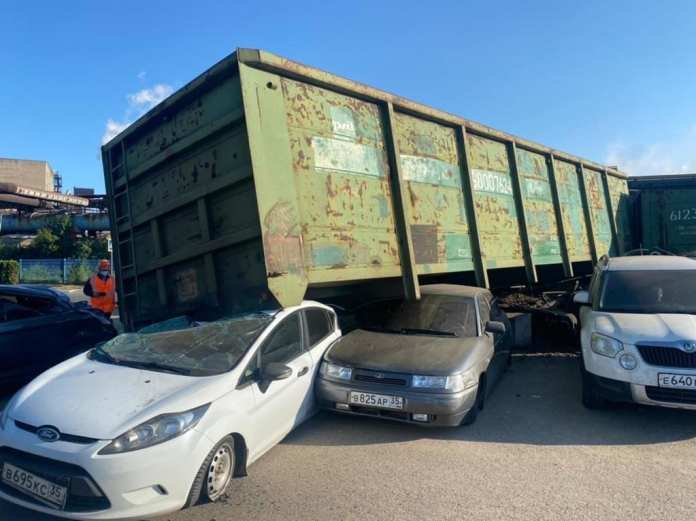 В Вологодской области вагоны сошли с рельс и придавили несколько машин