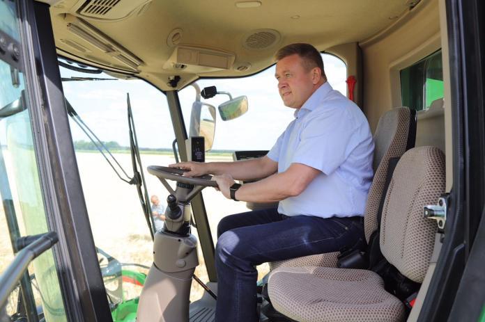 Губернатор Любимов посетил выставку «День поля» и сел за руль комбайна
