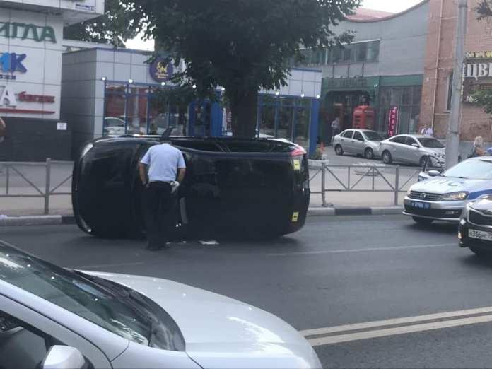 На улице Ленина в Рязани у ТЦ «Атрон» перевернулся легковой автомобиль