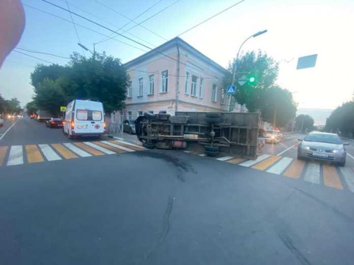 В ДТП с перевернувшимся грузовиком в центре Рязани пострадал 19-летний водитель «Газель Некст»