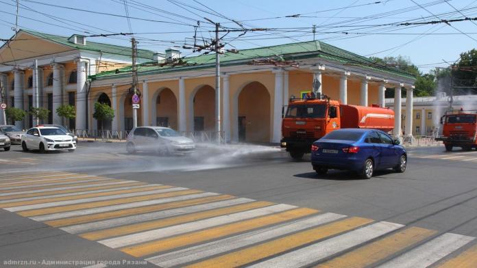 На улицах Рязани поливомоечная техника