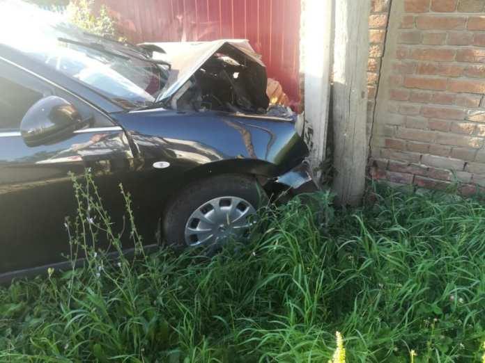 В Касимовском районе Nissan Almera врезался в хозяйственную постройку