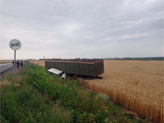 В Кораблинском районе «Камаз» выехал на встречку и столкнулся с ВАЗ-21043
