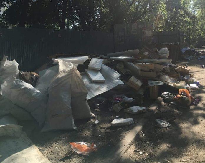 "Рязанцы пожаловались на ""свалку"" во дворе дома"