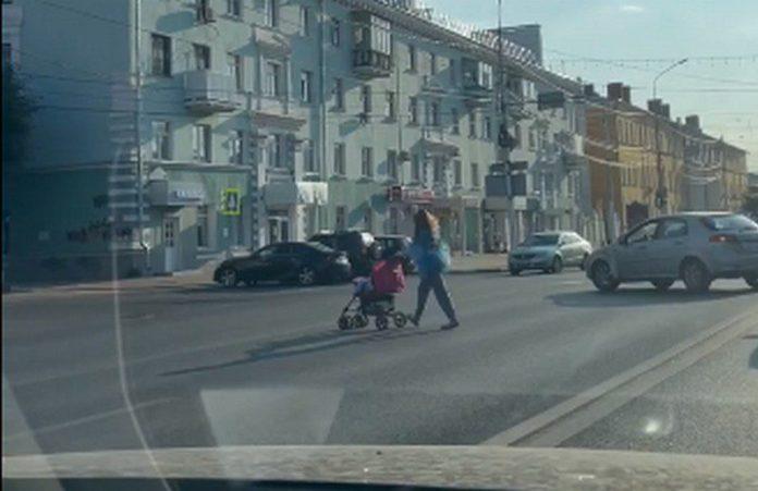 Дама с коляской перешла Первомайский проспект вне перехода