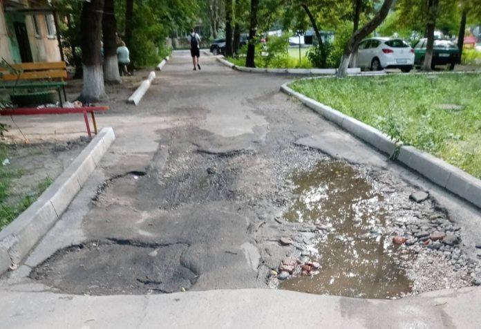 Жители Брянска пожаловались на разбитую дорогу по улице Белорусской