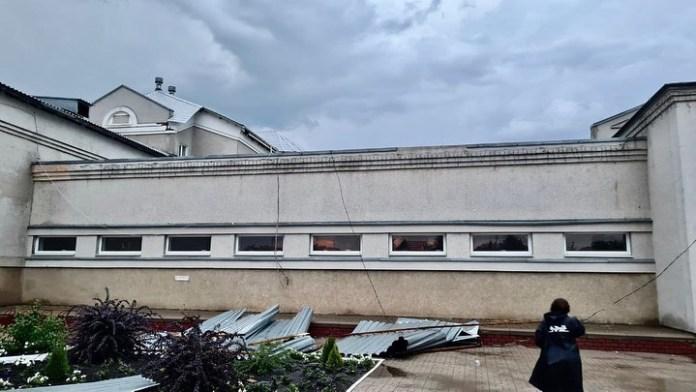 Сильный ветер повредил кровлю Краснояружской ЦРБ в Белгородской области