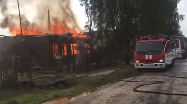 В Рязанском районе дом сгорел после попадания молнии