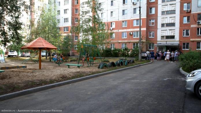 Сотрудники администрации приняли отремонтированный двор на Михайловском шоссе