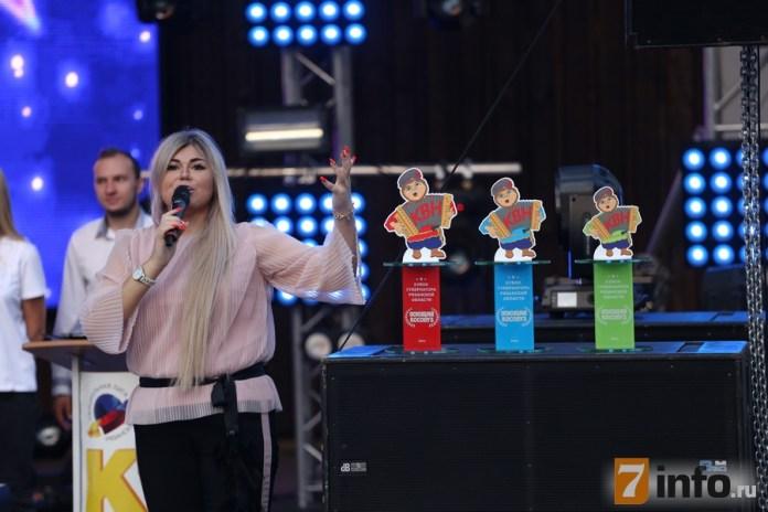 На музыкальном фестивале КВН в Рязани останавливали дождь, играли свадьбу и смеялись над шутками «Триод и Диод»
