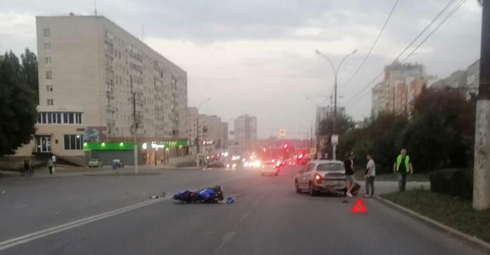 В Липецке мотоциклист пострадал после столкновения с Peugeot