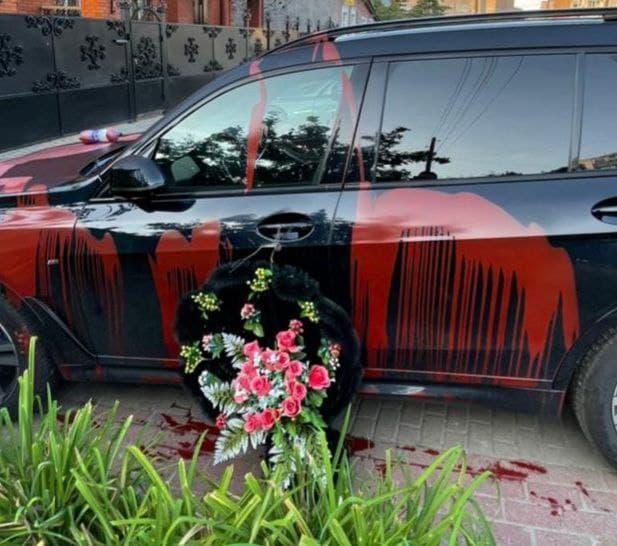 В Тамбове машину депутата облили краской и поставили рядом траурный венок