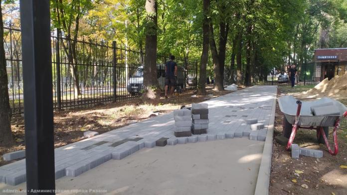 На улице Стройкова установили ограждение будущей площадки для выгула собак