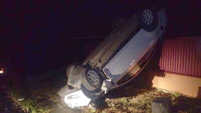 В Сараях Ford Focus сбил электрический столб, перевернулся и повис на заборе