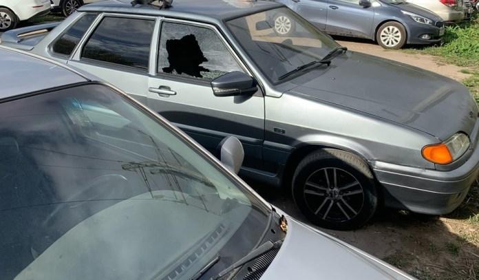 На парковке в Рязани обокрали машину, разбив стекло