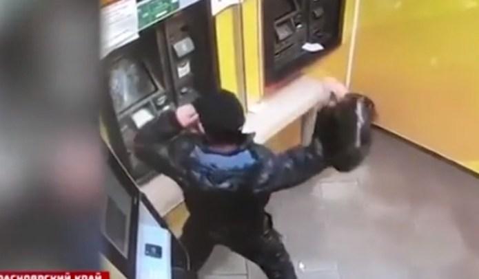 Разгневанный мужчина разгромил банкомат сковородой