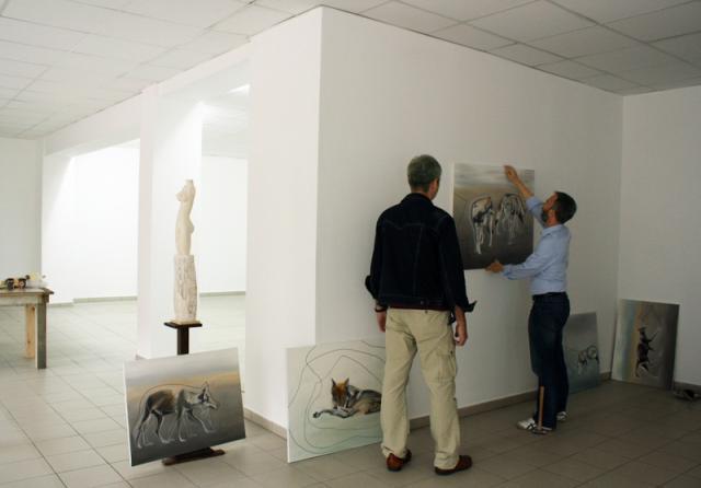 Bei der Hängung der Wolfspfad-Serie von Dorothea Beckmann