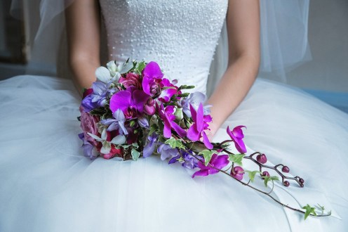 Фиолетовый букет невесты с орхидеями