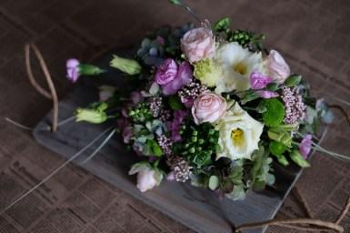 Композиция на доске ручной работы - розы, лизиантус, зелень