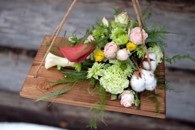 Композиция на рдоске ручной работы - хлопок, каллы, гвоздика, розы