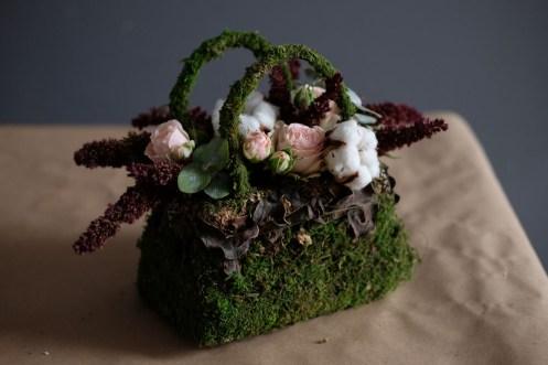 Композиция из цветов в виде сумочки из натуральных материалов