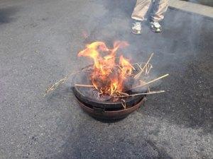 去年の枝を燃やして灰を作ります