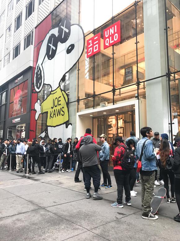 ニューヨーク KAWS x Peanuts x Uniqlo 店頭サイン会風景