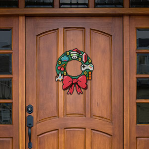 e9fc_8-bit_holiday_wreath_door