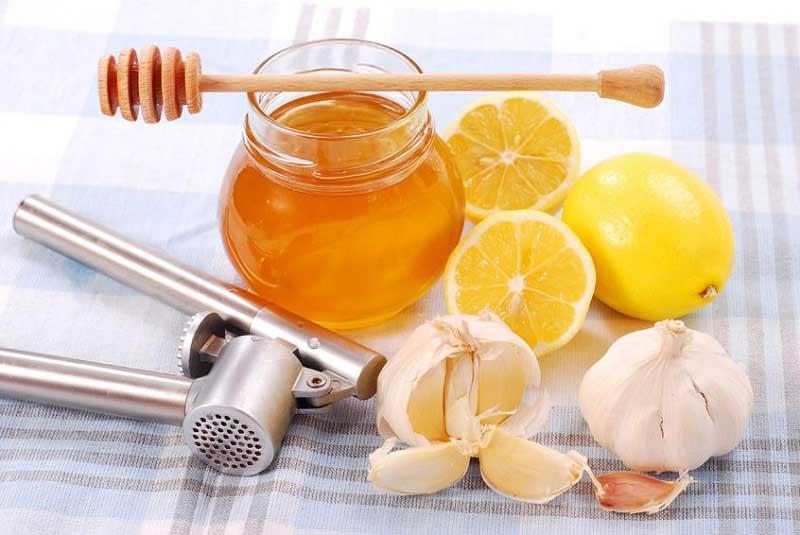 Тройной удар по холестерину: мёд, лимон и чеснок
