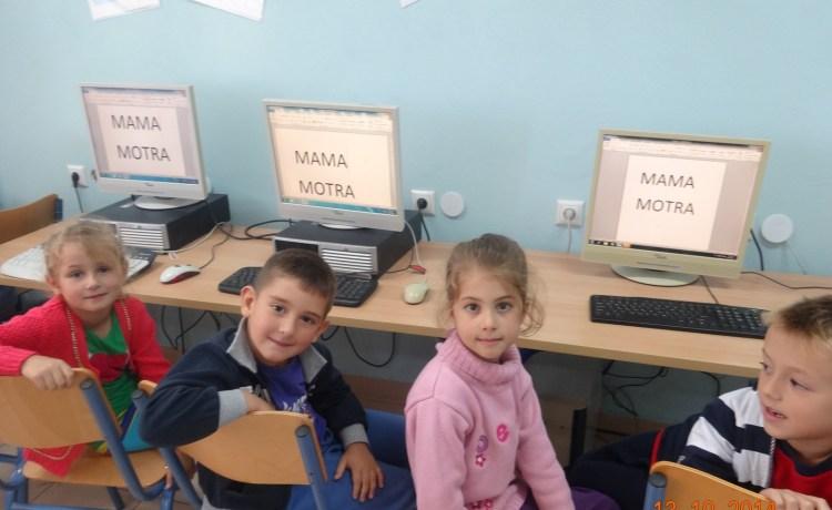 Klasat e Para gjatë orës së  mësimit në laboratorin e Informatikës