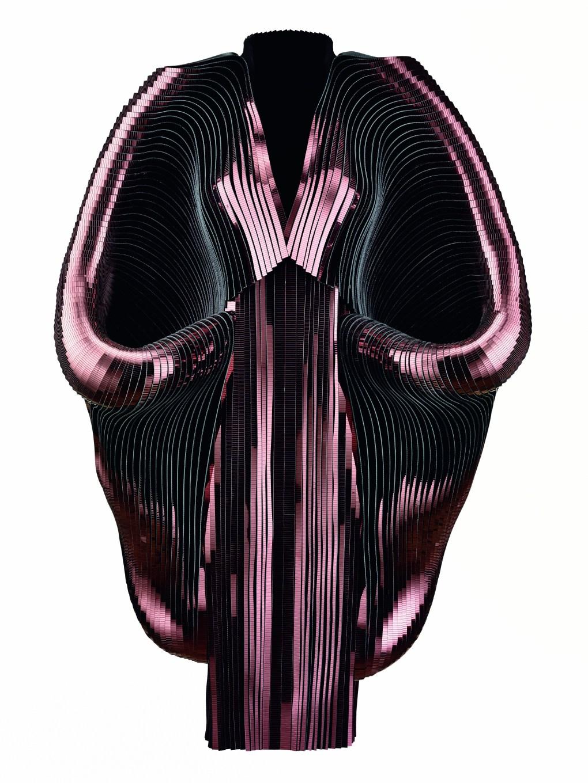 Iris van Herpen (Holanda, nacida en 1984), Hybrid Holism, Vestido, Julio 2012. Franjas revestidas de metálico, tul, algodón. Colección de la diseñadora. Foto por Bart Oomes, No 6 Studios. © Iris van Herpen.