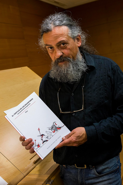 """Max (Francesc Capdevila), autor de la publicación con un ejemplar de """"El tríptico de los encantados (una pantomima bosquiana)"""". Fotografía © Museo Nacional del Prado."""