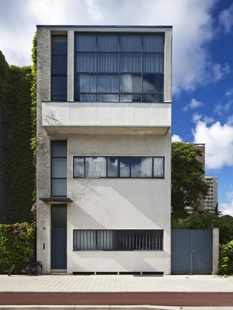 Le Corbusier diseñó en 1926 y construyó en 1927 la Maison Guiette, la vivienda y estudio del artista y crítico del arte René Guiette en Antwerp, Bélgica. A pesar de ser uno de sus proyectos menos conocidos, es una de sus primeras obras en Estilo Internacional.
