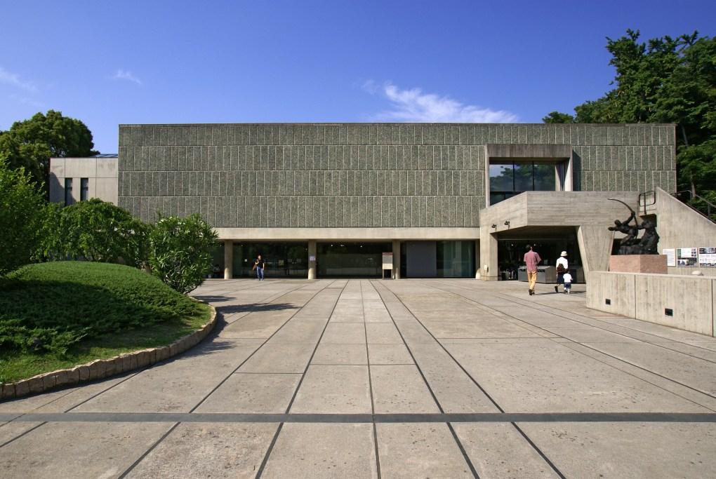 El Museo Nacional de Arte Occidental en Tokio, Japón abrió al público en 1959. Le Corbusier diseñó y construyó el edificio principal. Diseñó, además, el plan maestro del museo.