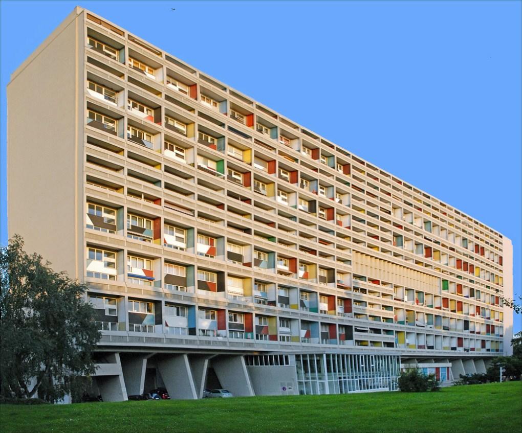 La Unité d'Habitation en Marseilles, Francia representa la nueva tipología arquitectónica del movimiento moderno que Le Corbusier desarrolló junto al pintor y arquitecto Nadir Alfonso. Este concepto plantó las bases para los complejos de vivienda que Le Corbusier diseño y construyó por Europa.